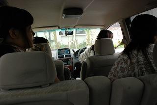 隣の代車で行われている窓開閉の儀式を涼しい顔で眺める社員の図