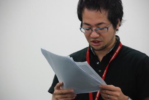 +1クルー賞受賞者の名前と表彰理由を読み上げる神村氏