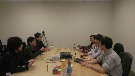 AWS社日本人エンジニアの方々と談笑する様子